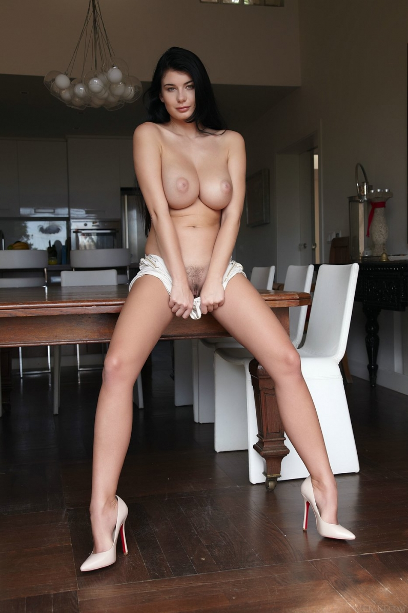 Секс с длинноногой брюнеткой на каблуках 7 фотография