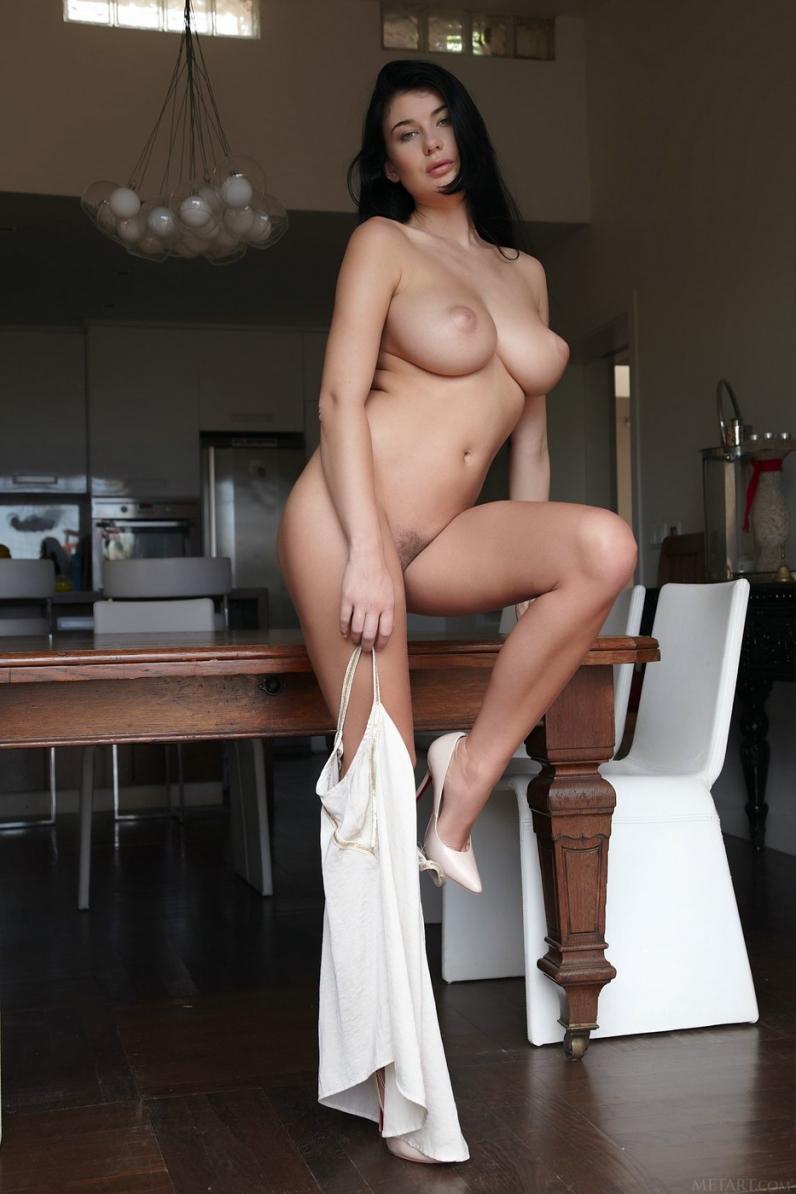 Секс с длинноногой брюнеткой на каблуках 18 фотография