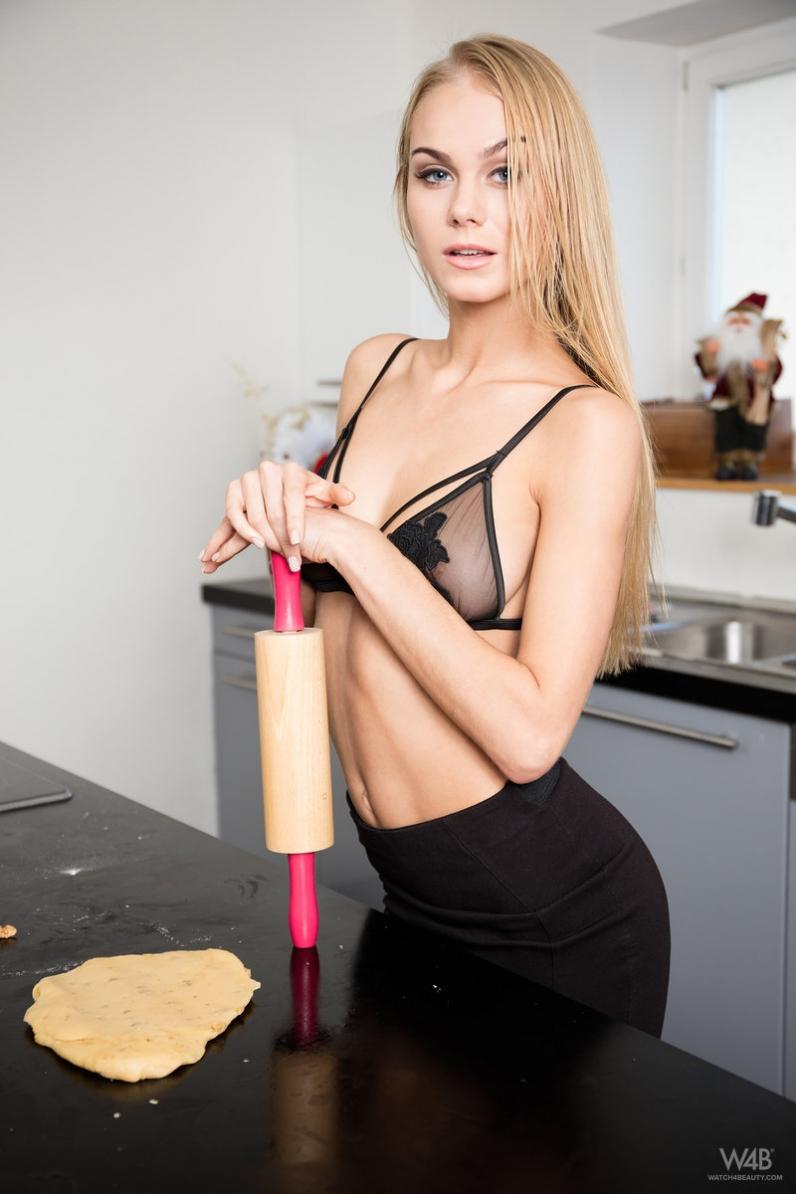 Голубоглазая домохозяйка с изящным телом раздевается до гола на кухне застигнутая за готовкой