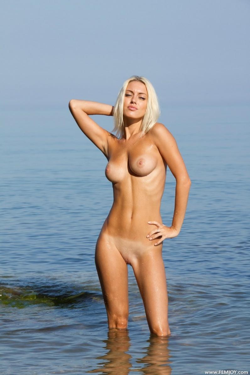 на пляже снимает трусы