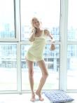Обаятельная девушка распахивает неглиже у большого светлого окна, фото 2