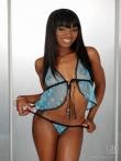 Черная девка в симпатичном нижнем белье крупным планом показывает круглый зад с томной экзотической щелкой киски, фото 7