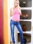 Белокурая расстегивает синие джинсы и ласкает влажную писю стеклянным дилдо, фото 2