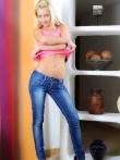 Белокурая расстегивает синие джинсы и ласкает влажную писю стеклянным дилдо, фото 4