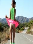 Худенькая шатенка на шоссе с каблуками на стройных ножках ползет по асфальту увлекательно покачивая маленькой попкой, фото 1