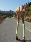 Худенькая шатенка на шоссе с каблуками на стройных ножках ползет по асфальту увлекательно покачивая маленькой попкой, фото 11