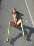 Худенькая шатенка на шоссе с каблуками на стройных ножках ползет по асфальту увлекательно покачивая маленькой попкой, фото 13