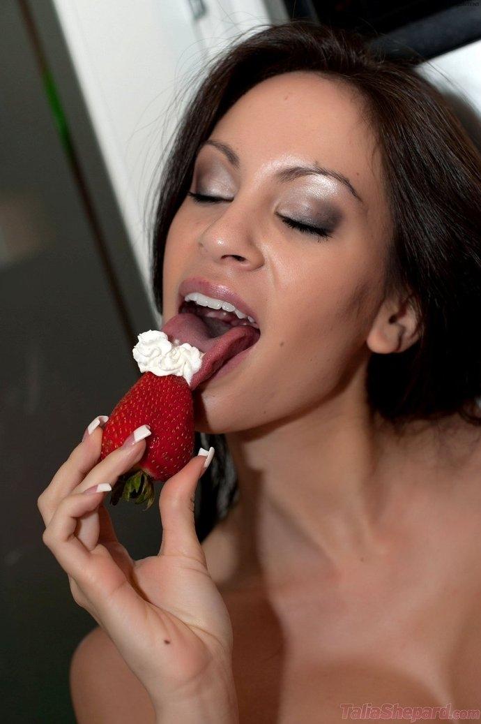 Секс клубничка фото порно галереи замужних пробует