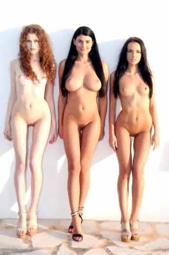 Эффектное зрелище трех аппетитных и свежих моделей голышом на природе