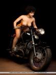 Голышом на мотоцикле кудрявая брюнетка, фото 16