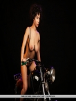 Голышом на мотоцикле кудрявая брюнетка, фото 3