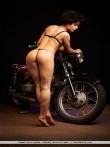 Голышом на мотоцикле кудрявая брюнетка, фото 6