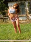 На зеленой траве худая и кудрявая девушка сбросила всю одежду, фото 1