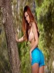 Рыжая оголила свою большую жопу на природе под деревом спустив с нее узкие шорты, фото 1