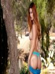 Рыжая оголила свою большую жопу на природе под деревом спустив с нее узкие шорты, фото 11