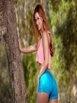Рыжая оголила свою большую жопу на природе под деревом спустив с нее узкие шорты, фото 4
