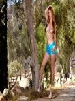 Рыжая оголила свою большую жопу на природе под деревом спустив с нее узкие шорты, фото 7