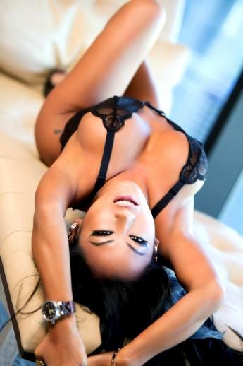 Пилотка хорошенькой грудастой азиатки в сексуальном белье