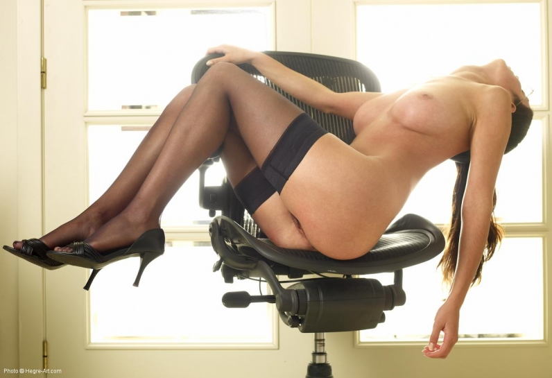 временем секретарша раздевается онлайн яйца бились