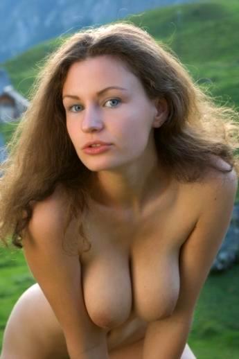 Голубоглазая с крупными буферам девушка голышом на траве