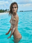 Испачканное в песке красивое голое тело загорелой модели, фото 16