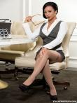 Стриптиз счастливой секретарши негритянки в строгом костюме и очках, фото 16