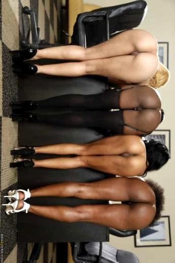 Парад голых негритянских попок от аппетитных секретарш в чулках (21 фото)