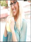 Большие голые дойки очкастой блондинки в платье-сетке (15 фото), фото 11