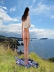 Откровенные шорты на большой попке брюнетки на природе, фото 13
