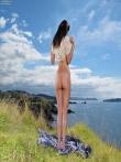 Откровенные шорты на большой попке брюнетки на природе, фото 15