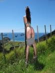 Откровенные шорты на большой попке брюнетки на природе, фото 18