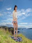 Откровенные шорты на большой попке брюнетки на природе, фото 7