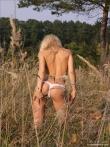 Веселая девушка посреди поля снимает трусы с приятной письки, фото 4
