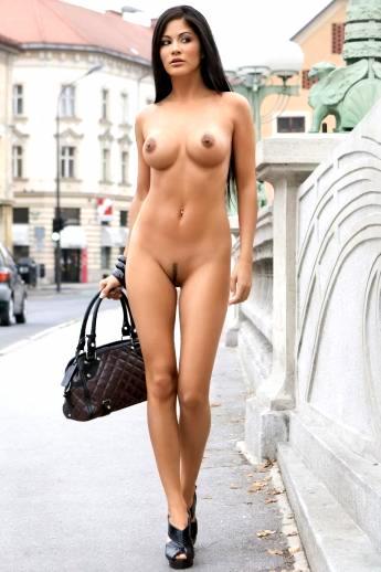 Длинноногая азиатская девушка голышом в публичном месте тискает сиськи с темными сосками