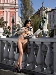 Длинноногая азиатская девушка голышом в публичном месте тискает сиськи с темными сосками, фото 7