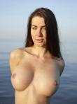 Маленькие соски больших голых сисек брюнетки в прохладной озерной воде, фото 18