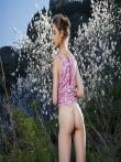 Худая фото модель с красивой попкой и маленькой грудью голышом на природе, фото 4