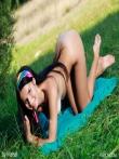 Кареглазая в сексапильном нижнем белье снимает трусы на траве в кустах, фото 10