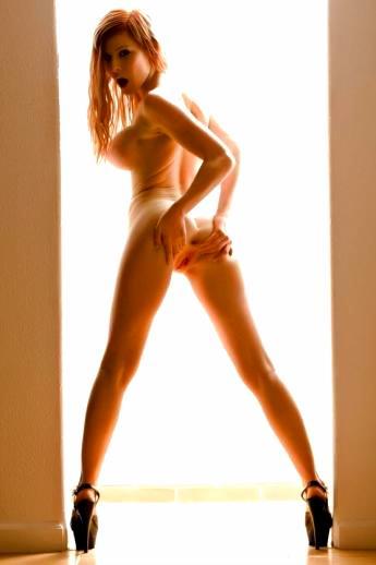 Горячие сиськи и задница рыжей бабенки на высоких каблуках