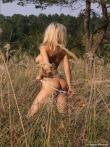 Красивая голая девушка на пикнике, фото 4