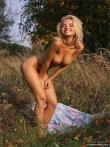 Красивая голая девушка на пикнике, фото 6