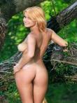 Рыжая дама в зеленом лесу обнаженная на дереве, фото 10