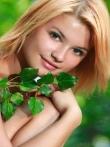 Рыжая дама в зеленом лесу обнаженная на дереве, фото 4
