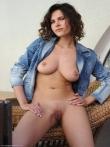 Кудрявая девушка в джинсах раскрывает сочные титьки и аккуратную киску, фото 14