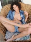 Кудрявая девушка в джинсах раскрывает сочные титьки и аккуратную киску, фото 2