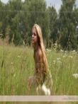 Натуральная красота привлекательной блондинки голышом на природе в высокой зеленой траве, фото 4