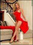 Длинноногая дама задирает красное платье и срывает трусы, фото 3