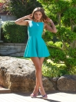 Задрав голубое платье Мария раком представляет красивую попу на длинных ногах, фото 1