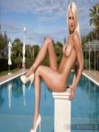Блондинка Лена у бассейна без трусов, фото 8