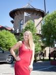 На прогулке веселая блондинка засвечивает письку в разрезе длинного красного платья, фото 1